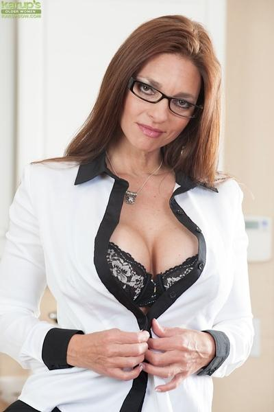 Hot babe with big tits Mindi Mink teases her milf pussy in glasses