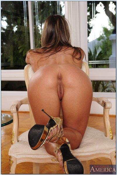 Hot amateur Rachel Roxxx taking off her bikini and fingering her pussy
