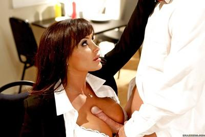 Dazzling MILF pornstar Lisa Ann gives an amazing blowjob