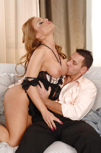 Bosomy MILF Bonny Bon tit job while kissing and cuddling like lovers