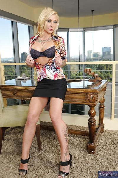 Milf with blonde hair Pamela Balian will soon become totally naked