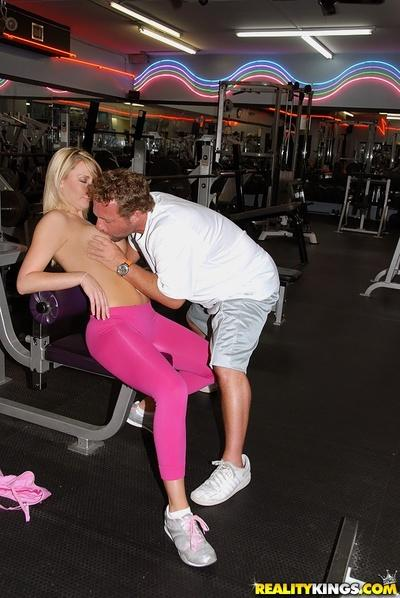 Sporty milf booty pics – and a bare-ass workout with hot blond