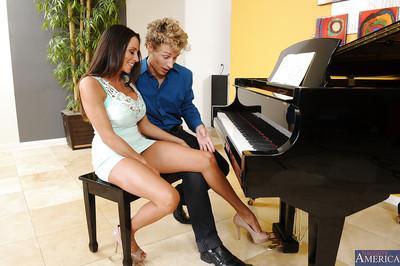 Big tits brunette cougar Ariella Ferrera is showing her sweet ass