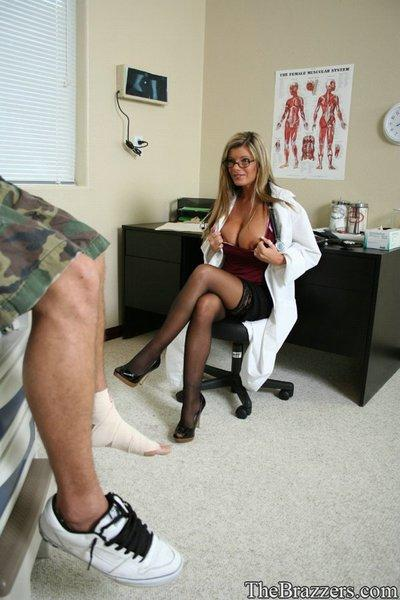 Gorgeous Kristal Summers strips off doctor