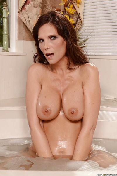 Bath time with sexy French maid Syren De Mer is wicked good time