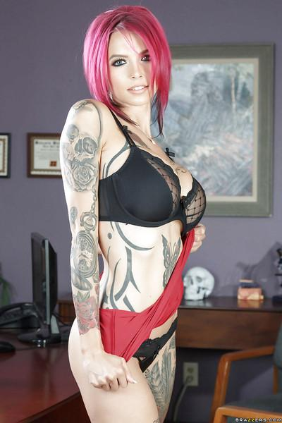 Redhead secretary Anna Bell Peaks undresses heavily inked body