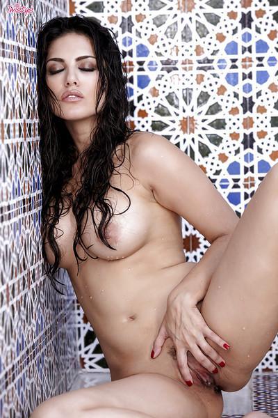Hot pornstar Sunny Leone showcasing her ravishing curves in the shower