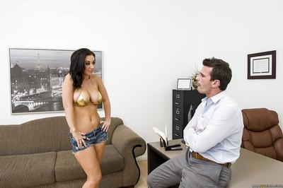 Hot MILF with big round tits Jayden Jaymes gives a blowjob and gets slammed
