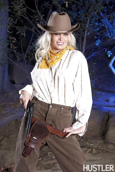 Babe blonde Mikki Lynn demonstrates her amazing juicy booty!