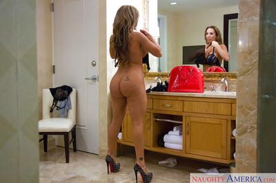 Sex worker Richelle Ryan dresses big booty in stockings and high heels