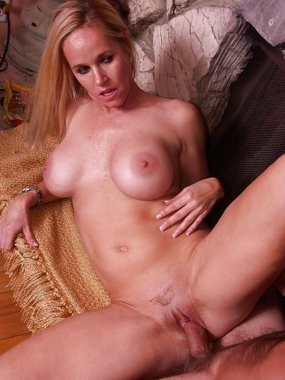 Juggy blonde MILF Totally Tabitha gets shafted hard and tastes a cumshot