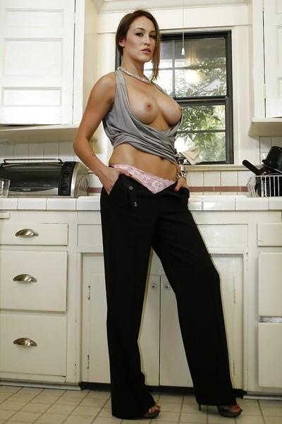 Sexy milf with big tits Ryan Kelly is showing her sweet ass