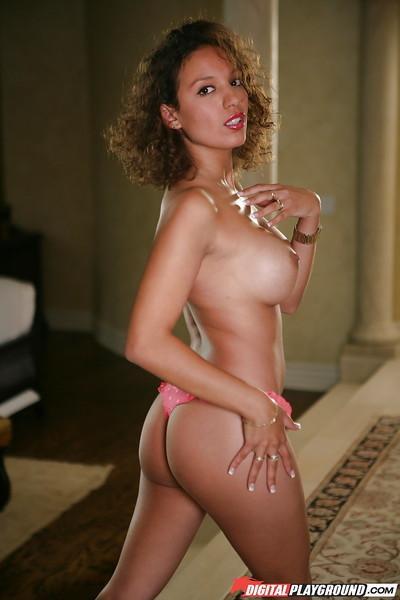 Babe Latina Zerah Jones is demonstrating her stunning shape!