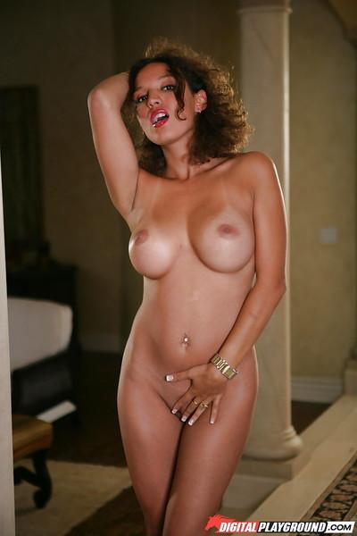 Babe Latina Zerah Jones is demonstrating her stunning shape!