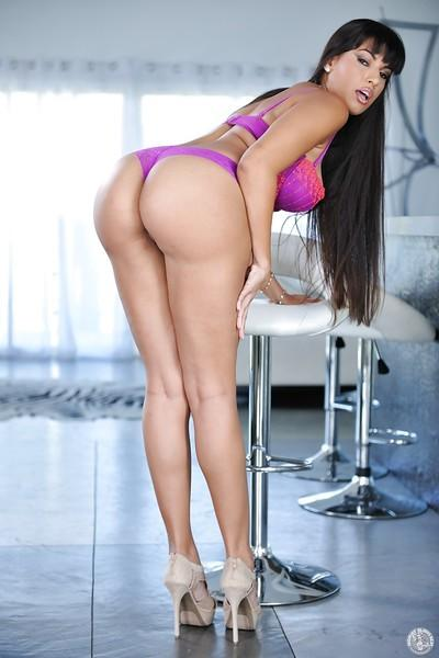 Leggy Latina MILF Mercedes Carrera baring perfect big booty