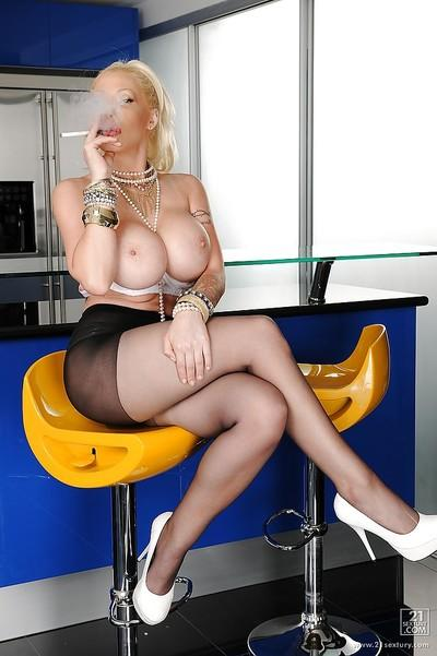 Gorgeous blonde babe Candy Manson is caressing her sweet chocha