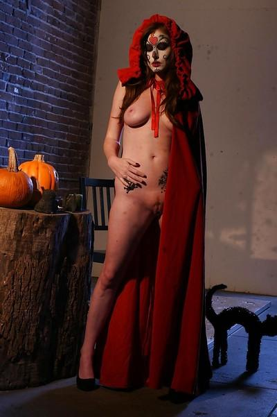 Tempting cosplay chick Nikki Rhodes showcasing her seductive curves