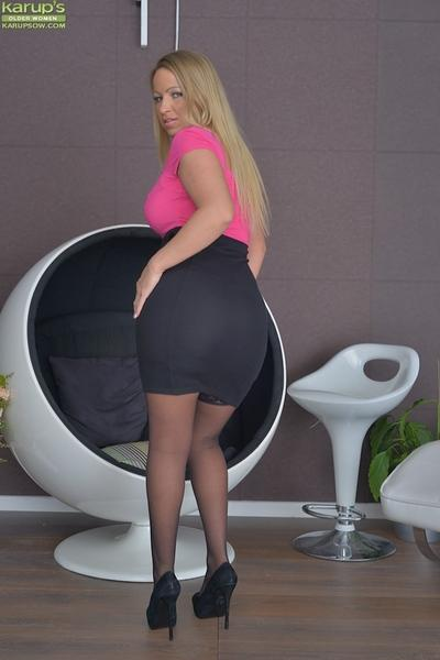 Busty blonde solo girl Taylor Morgan exposing nice melons in stockings