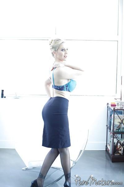 Milf in stockings Julia Ann likes having sexy fun during working hours