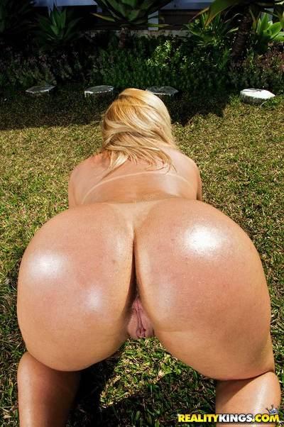 Latin MILF Priscila Mel strips off bikini and demonstrates big ass