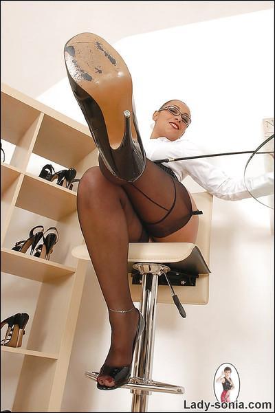 Bootylicious fetish MILF in glasses posing in black nylon stockings