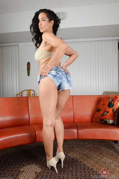 Latina babe Isis Love baring her MILF pussy for hot close ups
