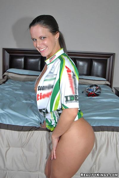 Sexy cyclist milf hooked up during outdoor ride and fucked