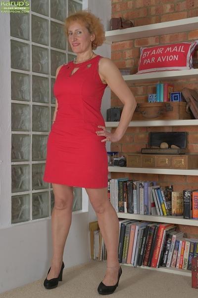 Mature MILF Naomi Triplexxx stripping off dress to expose large boobs