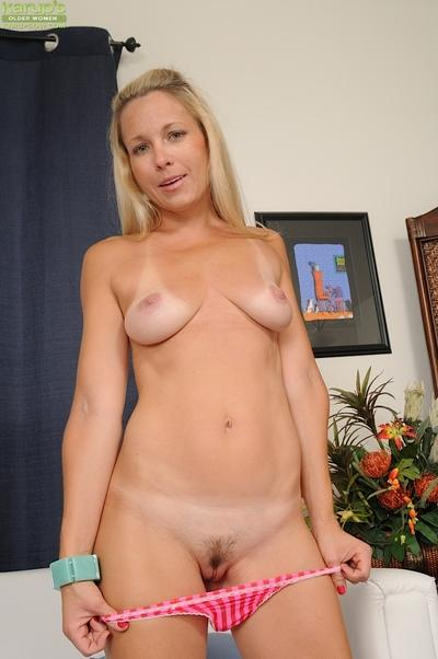 Babe milf Chelsea Dunes is playing with curels and her tanned tits