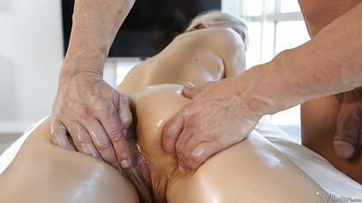 Playful fingers of a guy deliver satisfaction to milf Sarah Vandella