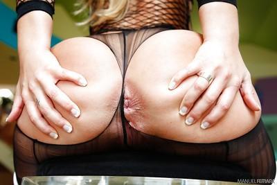 Blonde MILF Jessica Moore exposing big pornstar booty and anus