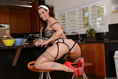 Milf babe Syren De Mer shows her milf ass and natural big tits