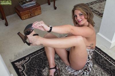 Little-bit fatty milf Cherrie Dixon shows off her natural boobies