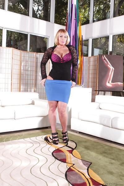 Big tits pornstar babe Mellanie Monroe reveals her fatty ass