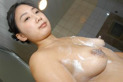 Fuckable asian MILF with nice ass Tomomi Sawamura taking bath