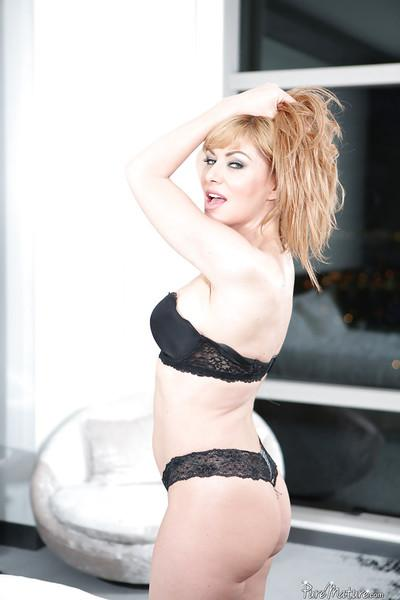 Milf Sasha Sean shows off her outstanding naked shape on cam