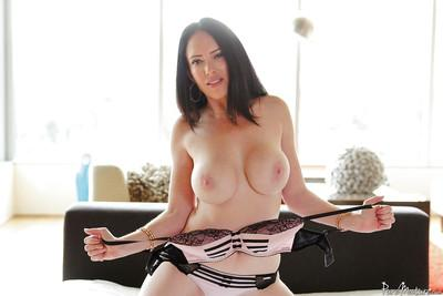 Milf babe Bella Maree posing her big juggs and shaved vagina