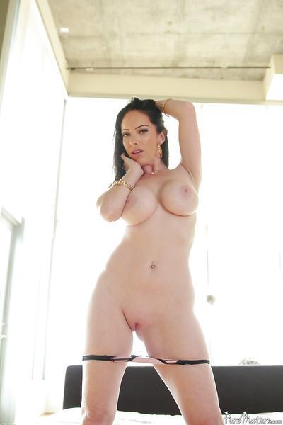 Milf babe Bella Maree posing her big juggs and shaved vagina
