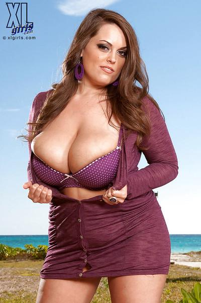 Big titted MILF Taylor Steele puts her BBW tits on display outdoor