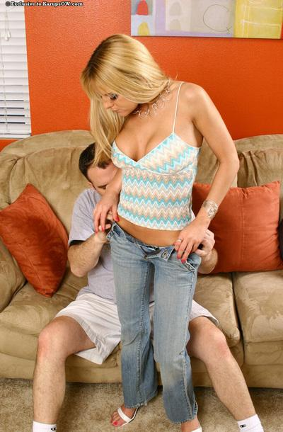 Unforgettable milf Sandy Simmers drops her jeans and gets busy