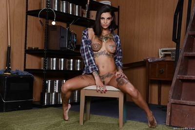 Close up posing from a sexy tattooed milf wife Bonnie Rotten