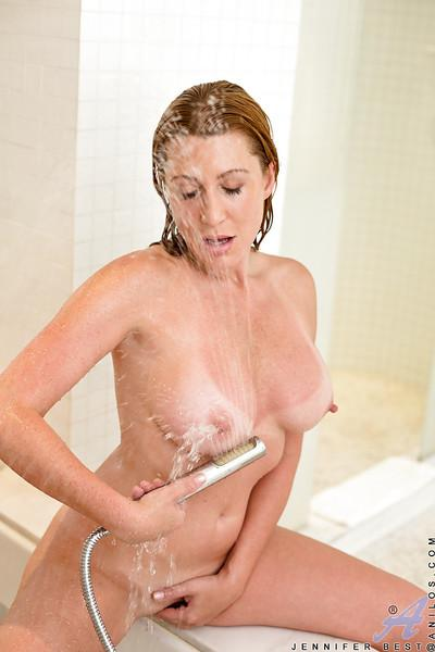 Curvy MILF taking bath and pleasing her shaved cunt with shower spray
