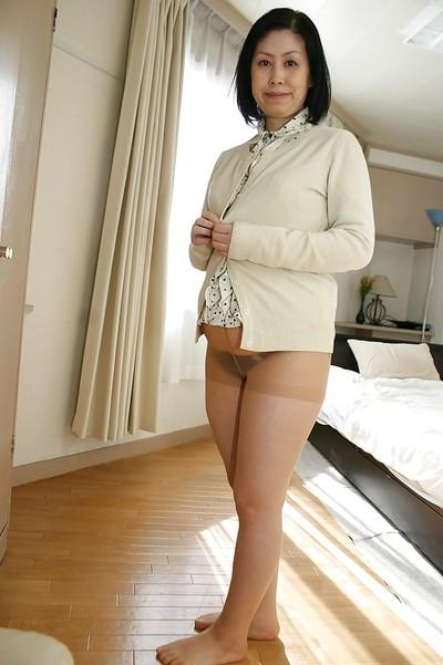 Asian milf Toyomi Furui shows us her cute wide-opened vagina!