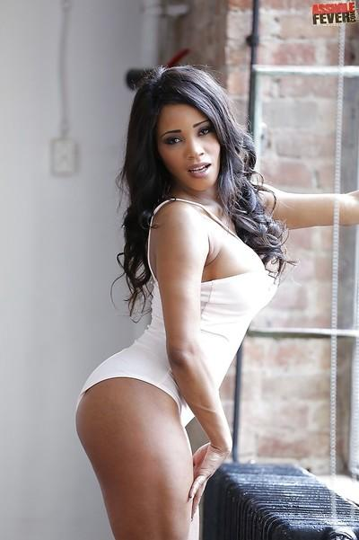 Top rated ebony model Kiki Minaj showing off her beautiful big booty