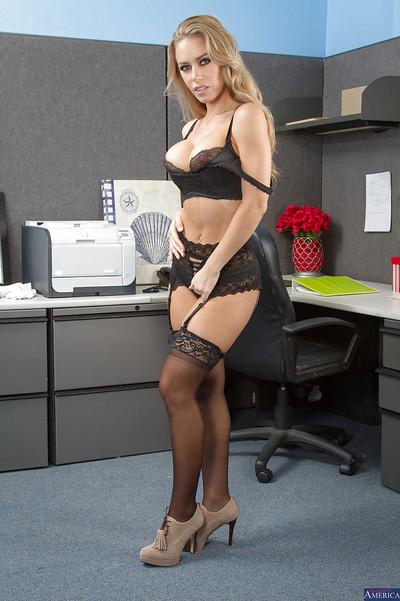 Milf blonde Nicole Aniston want to get naked after hard day working
