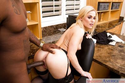 Short-haired blonde Ash Hollywood blonde is giving a good blowjob