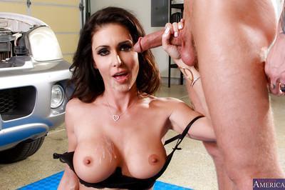 Stunning brunette babe Jessica gives a stunning blowjob