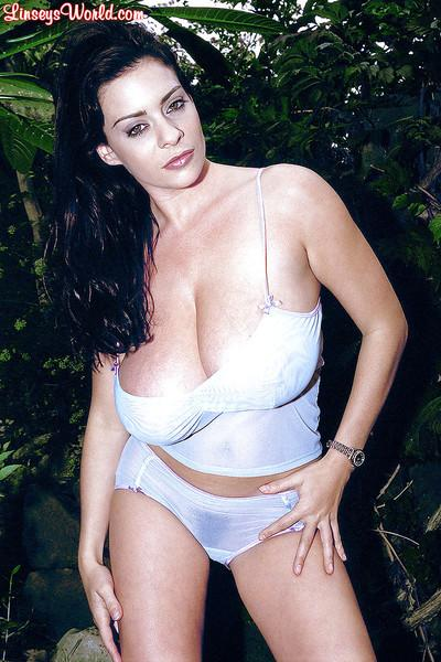 Curvy MILF Linsey Dawn McKenzie gets naked in the outdoor.