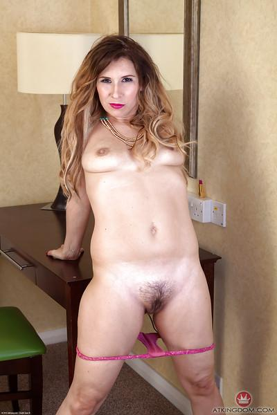 Older spandex pants attired broad unveils hairy vagina in motel room