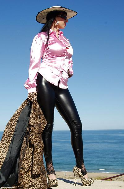 Mature fetish babe in latex skin-tight pants flashing her big tits outdoor
